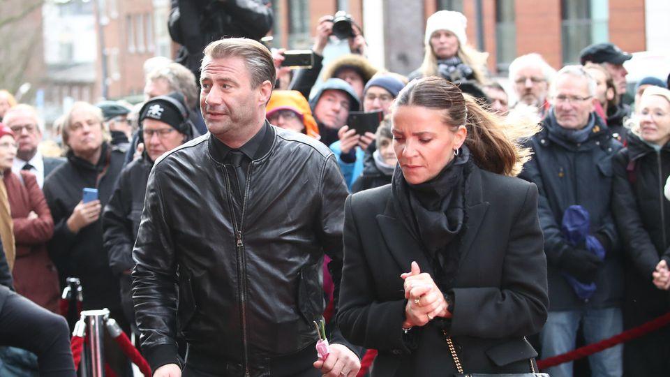 Sänger Sasha mit Begleitung bei der Trauerfeier für Jan Fedder am 14. Januar 2020 in Hamburg.
