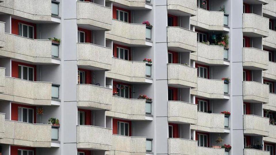 Blick auf die Fassade eines Wohnhauses. Foto: Britta Pedersen/dpa-Zentralbild/dpa/Symbolbild