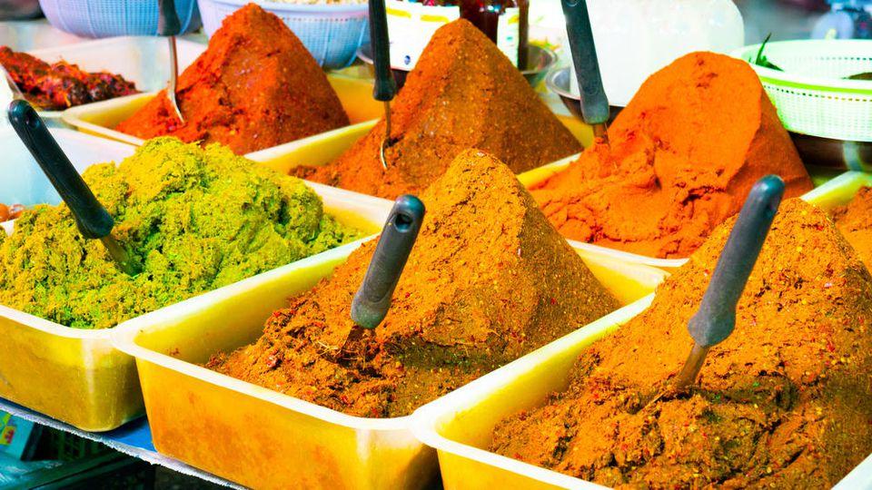 Man unterscheidet zwischen roter, grüner und gelber Currypaste.
