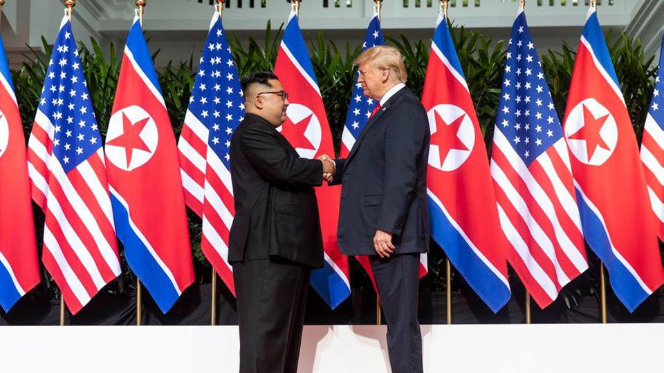 News Bilder des Tages US President Donald Trump shakes hands with North Korean leader Kim Jong Un on June 12, 2018, at Singapore s Capella Hotel in what is the first meeting between a sitting U.S. president and a North Korean leader. White House PU