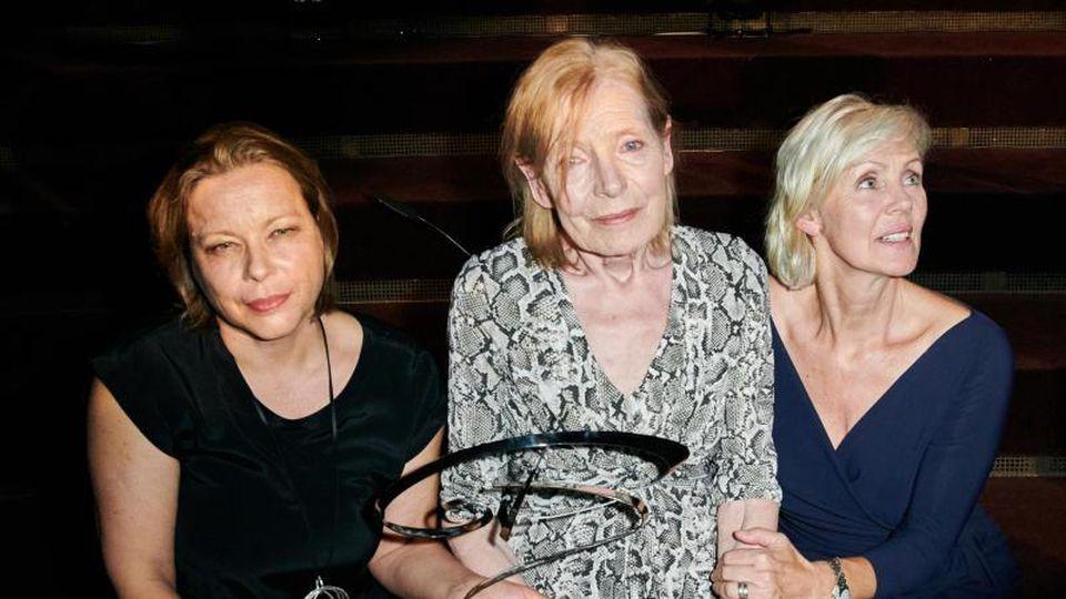 Die Schauspielerin Margit Carstensen (M) erhält den Götz George Preis. Neben der Schauspielerin sitzen nach der Verleihung Tanja George (r), die Witwe von George, und Marika Ullrich, die Tochter von George. Foto:Annette Riedl