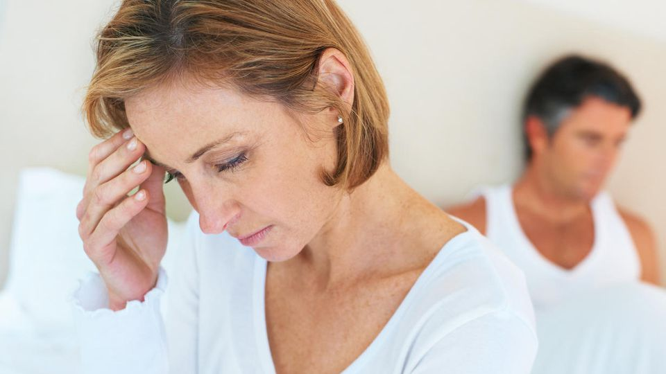 Wenn ER eine Jüngere vorzieht, fallen viele Frauen in ein tiefes Loch. Doch die Kränkung kann überwunden werden.
