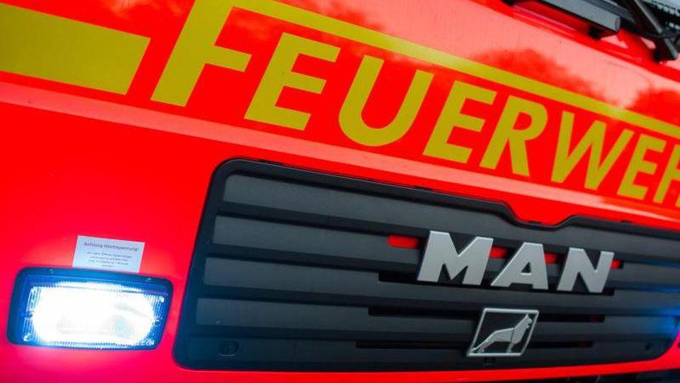 Ein Löschfahrzeug der Feuerwehr. Foto: Daniel Bockwoldt/dpa/Archivbild