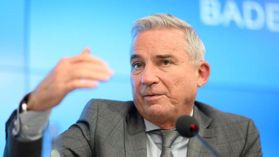 Thomas Strobl (CDU), Minister für Inneres, Digitalisierung und Migration von Baden-Württemberg, spricht während einer Pressekonferenz. Foto: Sebastian Gollnow/dpa/Archivbild