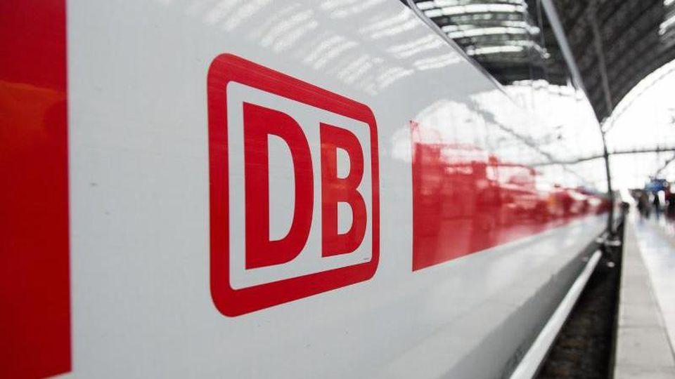 Das Logo der Deutschen Bahn ist auf einem ICE zu sehen. Foto: Silas Stein/dpa/Archivbild
