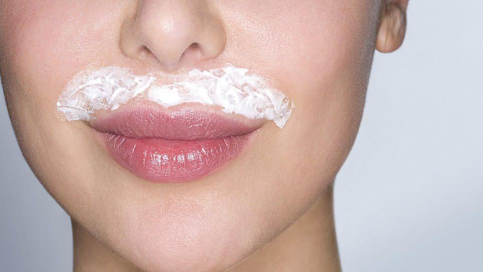 Gesichtsbehaarung wird von vielen Frauen als störend empfunden, aber wie kann man die  Härchen loswerden?