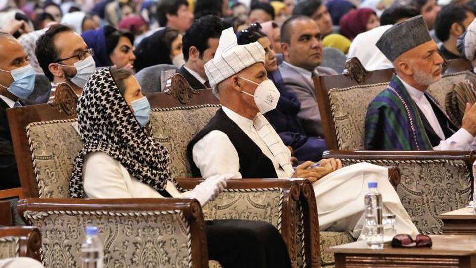 Afghanistans Präsident Aschraf Ghani (2.v.l) hatte die umstrittene Anordnung zur Freilassung bereits am Montag unterzeichnet. Foto: Uncredited/AP/dpa