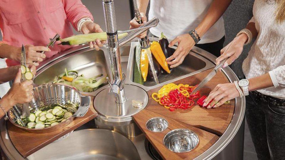 Vegetarier und Veganer brauchen tendenziell mehr Platz zumSchneiden und Schnippeln - und auch zumReinigen derFrüchte. Foto: AMK