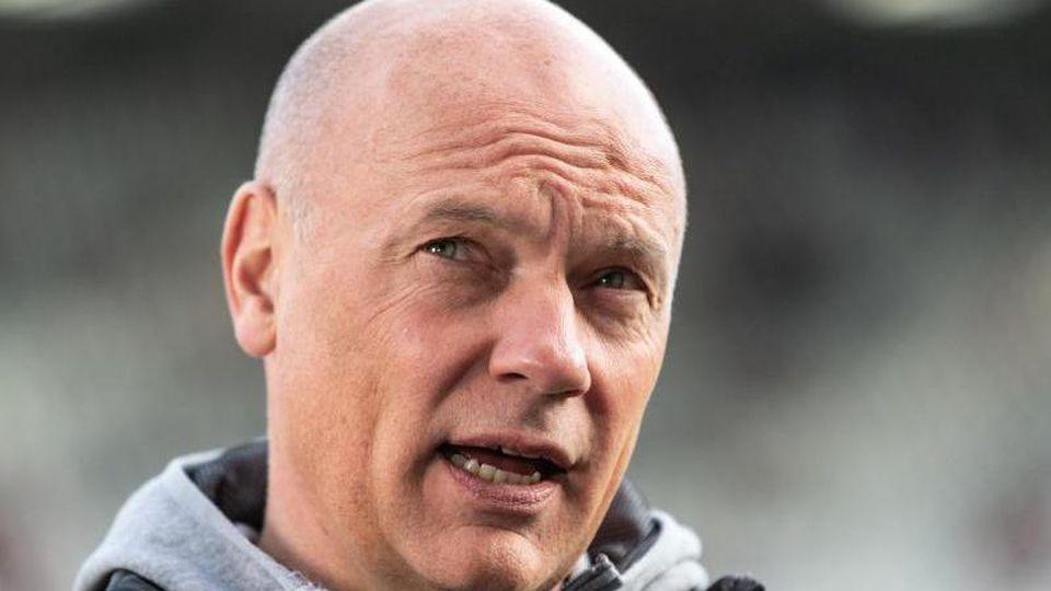 Trainer Uwe Rösler von Düsseldorf gibt vor dem Spiel ein Interview. Foto: Patrick Seeger/dpa