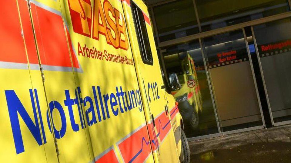 Ein Rettungswagen steht bereit. Foto: Jens Kalaene/zb/dpa