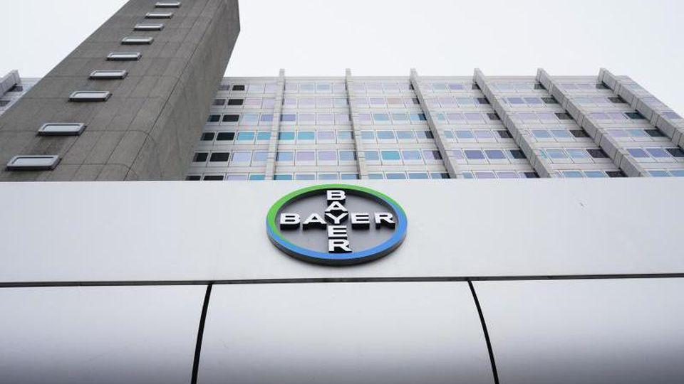 Blick auf das Logo des Chemiekonzerns Bayer AG. Foto: Jörg Carstensen/dpa/Archivbild
