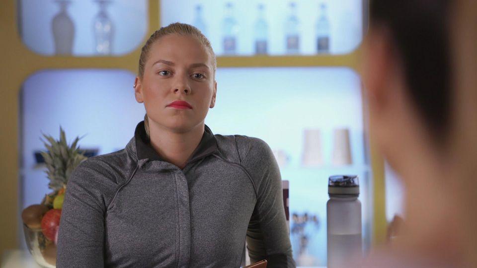 AWZ: Marie schaut Chiara kühl an.