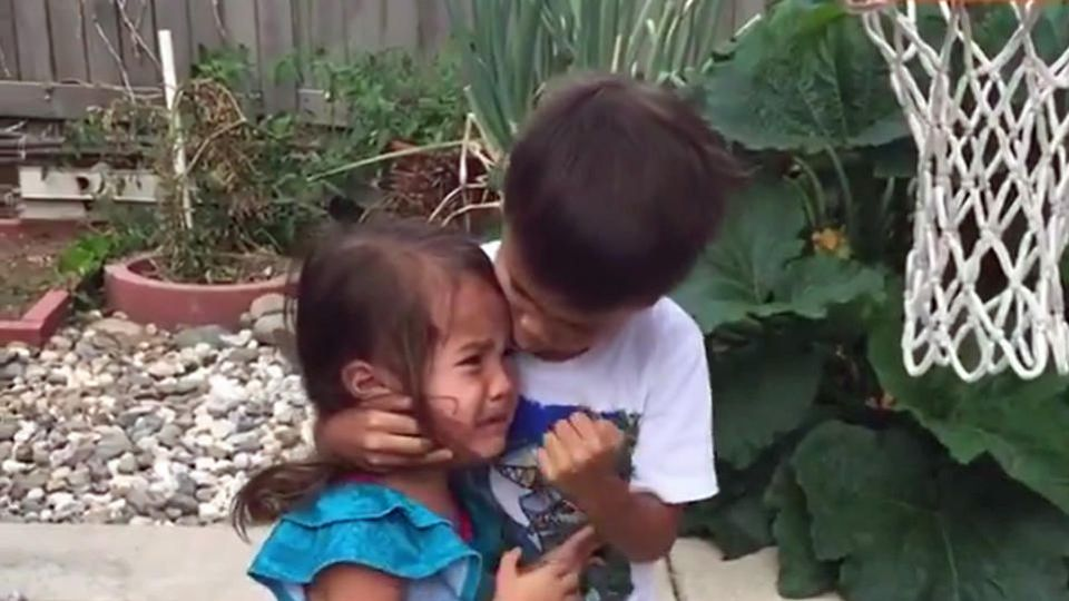 Bruder tröstet Mädchen.