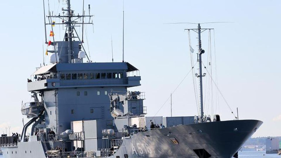 """Das Versorgungsschiff """"Donau"""" verlässt den Marinestützpunkt Rostock-Warnemünde. Foto: Bernd Wüstneck/dpa-Zentralbild/dpa/Archivbild"""
