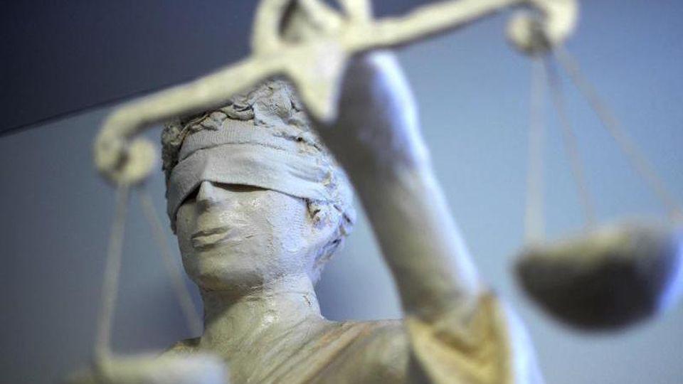 Die Statue Justitia hält eine Waage in ihrer Hand. Foto: Peter Steffen/Archiv