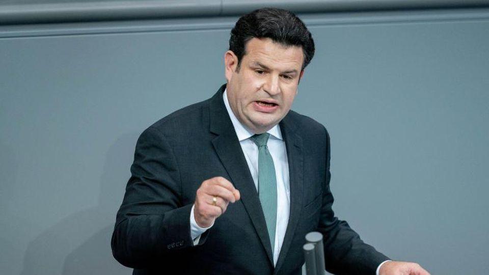Bundesarbeitsminister Hubertus Heil (SPD) und Entwicklungsminister Gerd Müller (CSU) wollen ein Lieferkettengesetz umsetzen. Foto: Kay Nietfeld/dpa