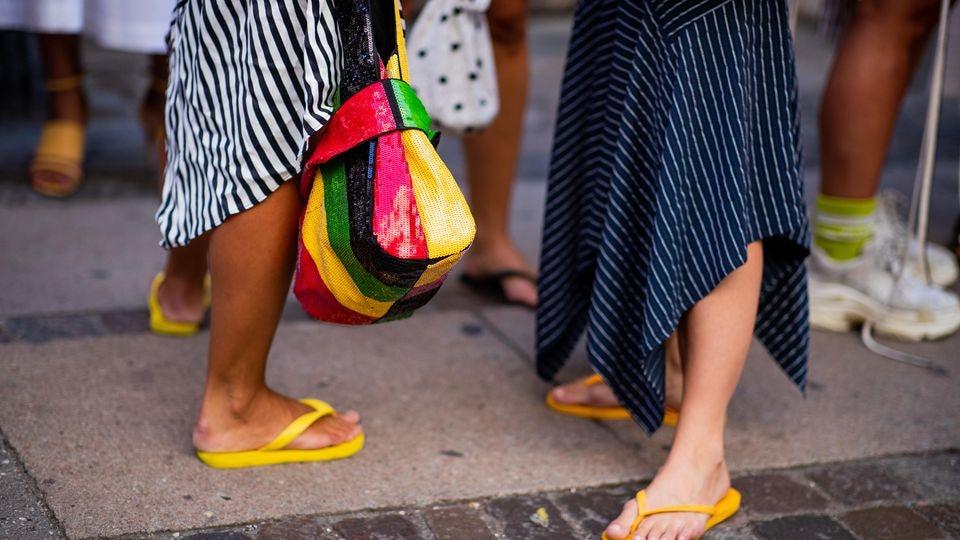 Flip-Flops haben sich diesen Sommer von der gemeinen Badelatsche zur Trend-Schlappe gemausert. Damit der Look nicht nach Strandurlaub aussieht, sollte der restliche Look klassisch-elegant sein.