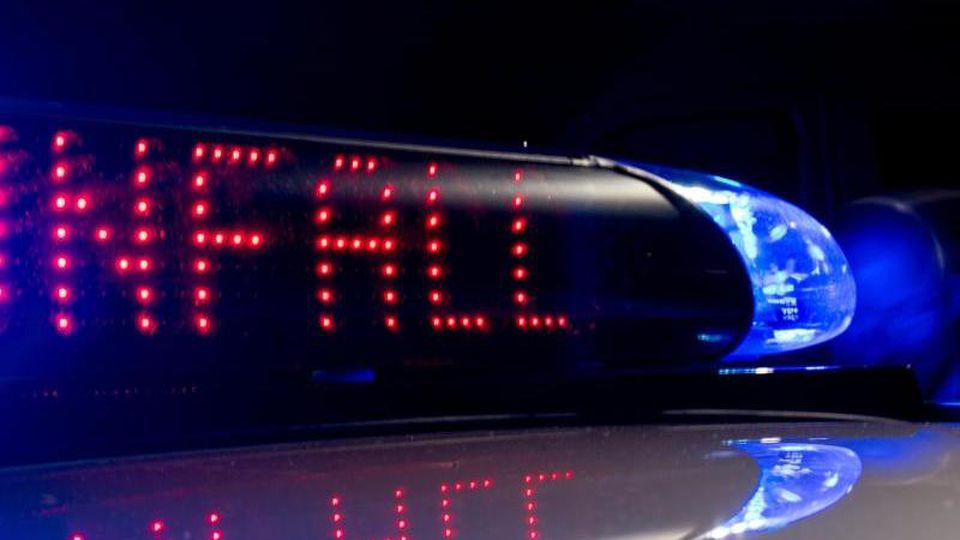 """Das Blaulicht leuchtet, während auf dem Display der Hinweis """"Unfall"""" zu lesen ist. Foto: Monika Skolimowska/Archiv"""