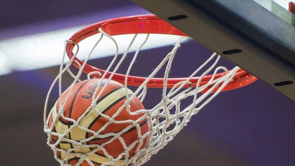 Ein Basketball fällt in den Basketballkorb. Foto: Lukas Schulze/Archiv