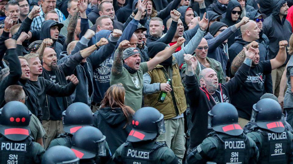 ARCHIV - 27.08.2018, Sachsen, Chemnitz: Demonstranten aus der rechten Szene gestikulieren und drohen Gegendemonstranten Gewalt an. Nach einem Streit war in der Innenstadt von Chemnitz ein Mann erstochen worden. Die Tat war Anlass für spontane Demonst