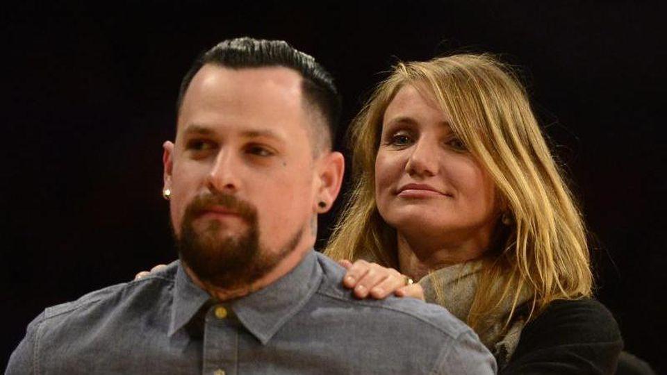 Die US-Schauspielerin Cameron Diaz steht hinter ihrem Mann, dem Musiker Benji Madden. Foto: Michael Nelson/epa/dpa