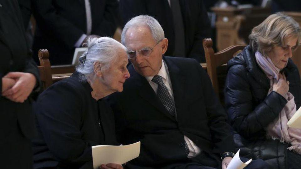 Bundestagspräsident Wolfgang Schäuble (CDU, M) spricht mit Eveline Schönbohm (l) bei der Trauerfeier für Jörg Schönbohm. Foto: Michael Sohn