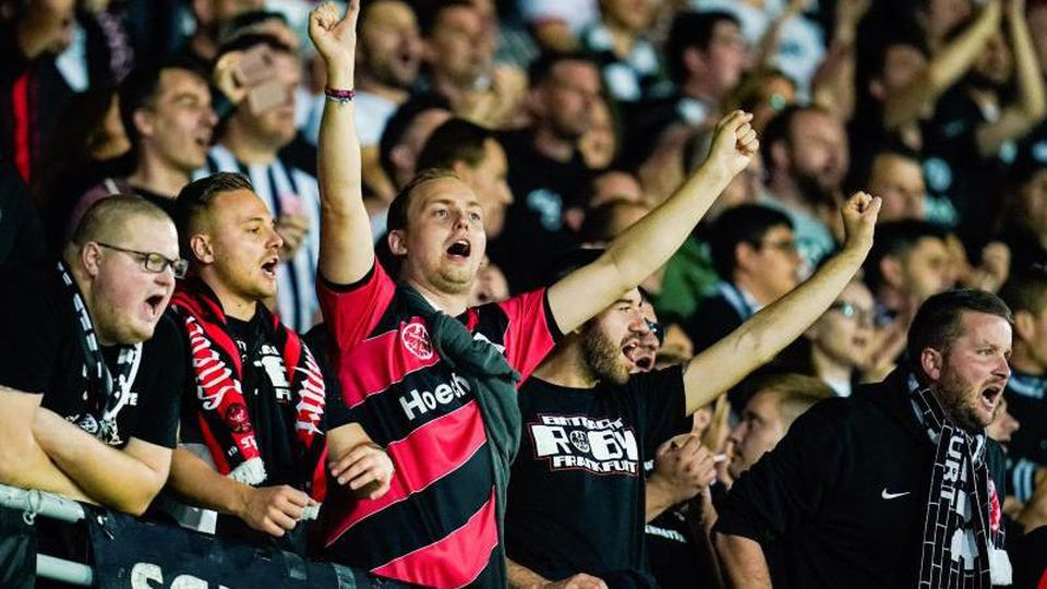 Frankfurter Fans unterstützen ihre Mannschaft. Foto: Uwe Anspach/dpa/Archivbild