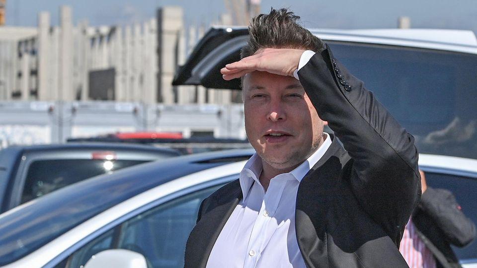 Tesla-Chef Elon Musk schaut auf der Baustelle der Gigafactory in Grünheide bei Berlin nach dem Rechten.