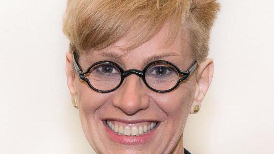 Anke Kaysser-Pyzalla, Präsidentin der TUBraunschweig, lächelt bei einem Fototermin. Foto: Anne Hage/TU Braunschweig/dpa