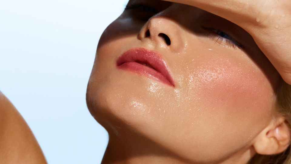 Damit das Make-up bei Hitze nicht völlig zerfließt, gibt's ein paar Beauty-Helferlein.