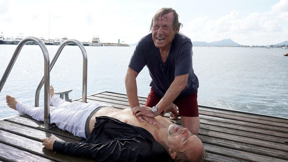 """Matula: Tod auf Mallorca"": Matula (Claus Theo Gärtner, r.) versucht, das Leben des Yachtbesitzers Ingo Schumann (Jochen Horst) zu retten"