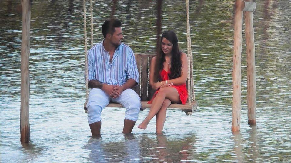 """Aussprache bei """"Bachelor in Paradise"""": Marco und Meike müssen klären, wie das wirklich mit dem Handy beim Sex war."""