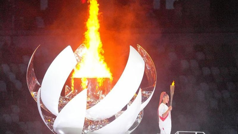 Die olympische Flamme wurde Japans Tennis-Star Naomi Osaka entzündet. Foto: Michael Kappeler/dpa