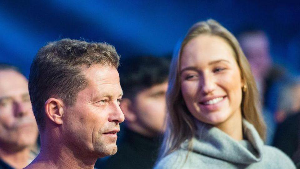 Til Schweiger mit Begleitung bei einer Box-Veranstaltung in Hamburg. Foto: Daniel Bockwoldt/dpa