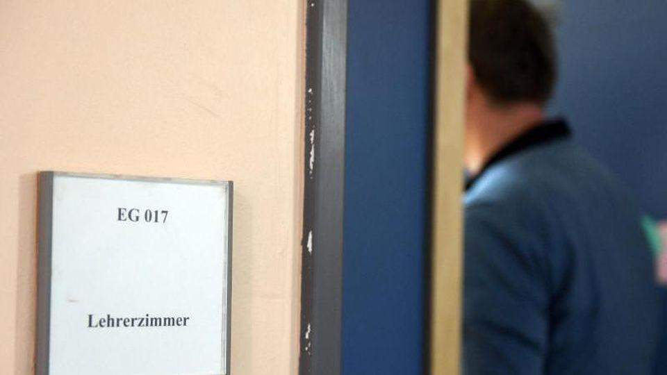 Ein Mann betritt ein Lehrerzimmer. Foto: Maurizio Gambarini/dpa/Symbolbild