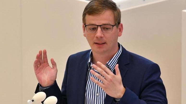 Sebastian Walter (Die Linke) spricht. Foto: Bernd Settnik/dpa/Archivbild