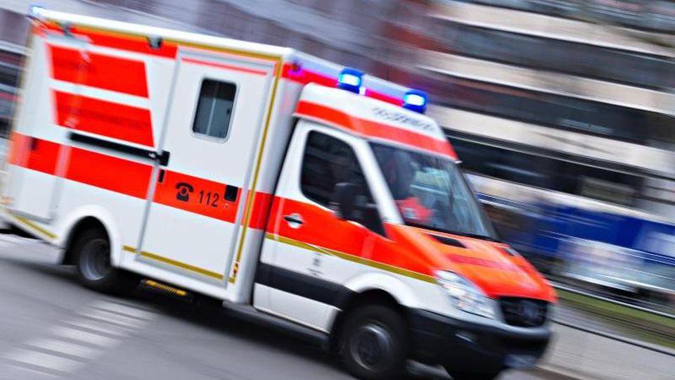 Ein Rettungswagen fährt mit Blaulicht durch die Stadt. Foto: Nicolas Armer/dpa/Symbolbild