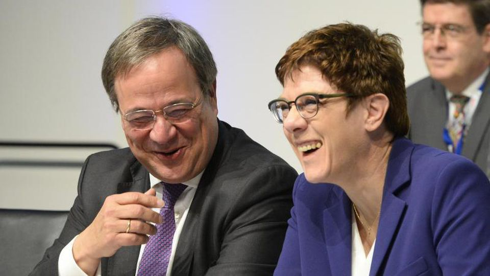 Annegret Kramp-Karrenbauer und Armin Laschet unterhalten sich. Foto: Roberto Pfeil/dpa