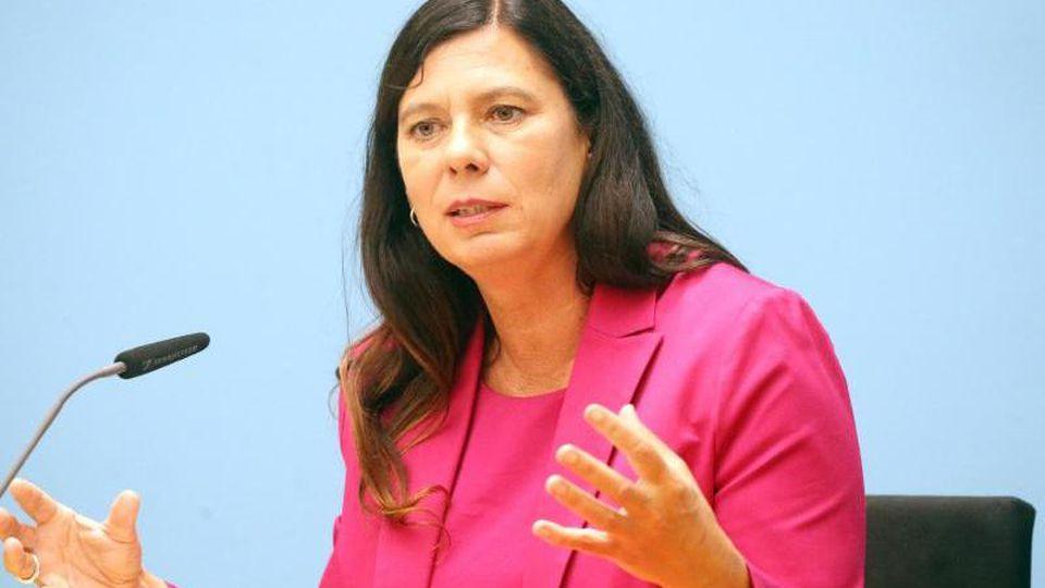 Schulsenatorin Sandra Scheeres (SPD) spricht bei einer Pressekonferenz. Foto: Wolfgang Kumm/dpa/Archivbild