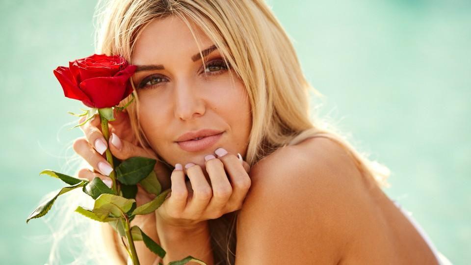 Gerda Lewis verteilt als sechste deutsche Bachelorette 2019 die Rosen.