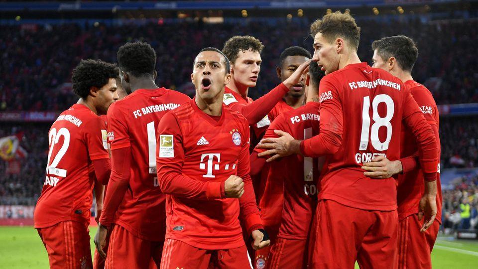TOR zum 2:1 Robert Lewandowski FC Bayern München Torjubel mit Thiago Alcantara FC Bayern München Gestik, Geste FC Bayer