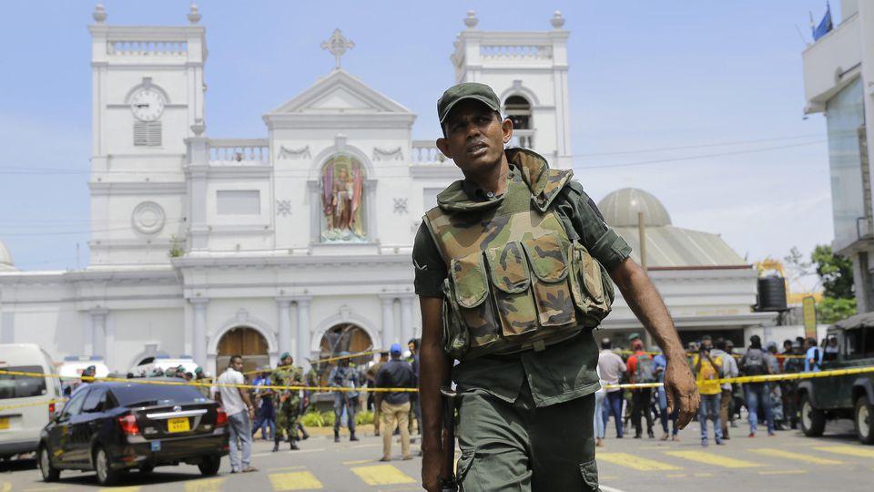 Soldaten der sri-lankischen Armee sichern das Gebiet um den St. Anthony's Shrine nach einer Explosion in Colombo.