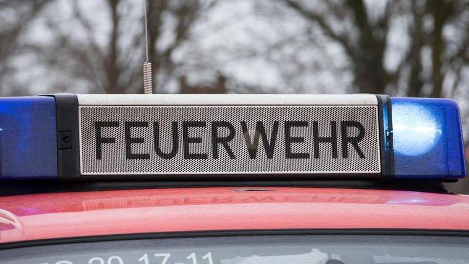 Das Blaulicht eines Feuerwehrautos leuchtet. Foto: Friso Gentsch/dpa/Symbolbild