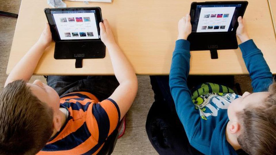 Schüler einer 5. Klasse lernen mit iPads im Unterricht. Foto: Julian Stratenschulte/Archiv