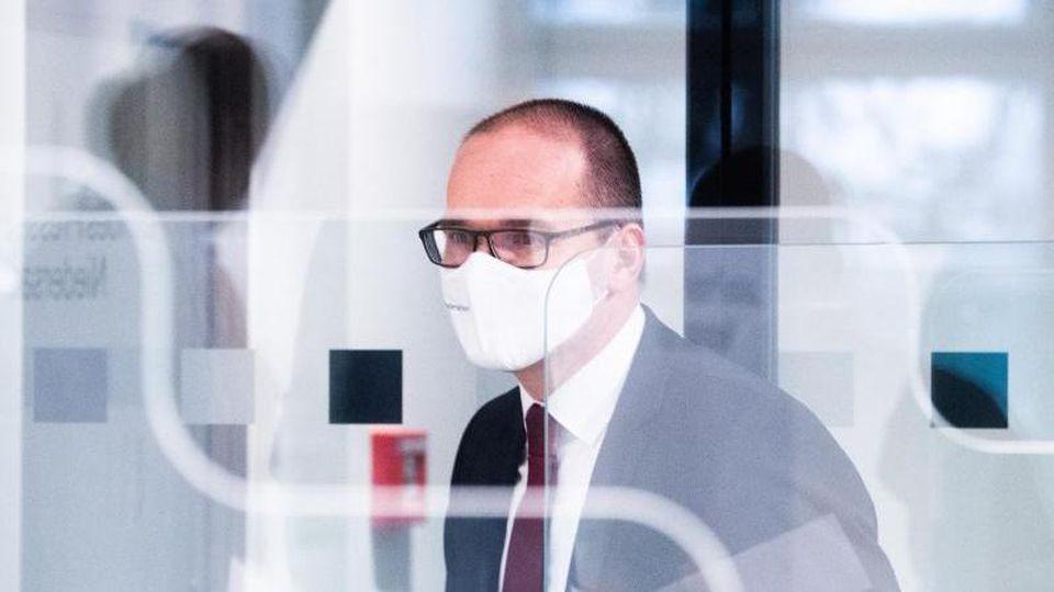 Grant Hendrik Tonne (SPD) kommt zu einer Pressekonferenz. Foto: Julian Stratenschulte/dpa/Archivbild