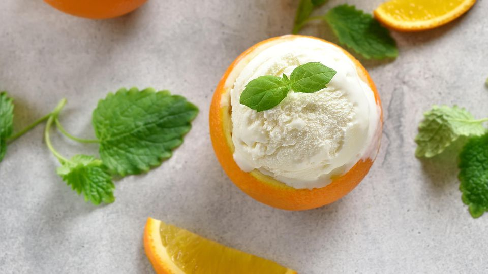 Hingucker und Leckerei zugleich: Eiscreme in Orangen angerichtet.