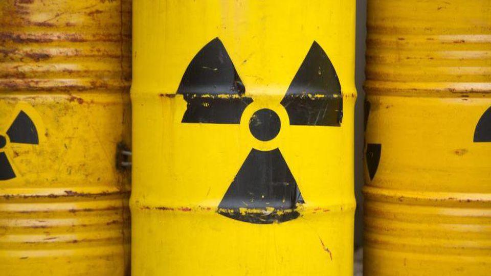 Das Strahlenwarnzeichen ist bei einer Demo gegen ein Endlager auf gelben Tonnen zu sehen. Foto: Sebastian Kahnert/dpa/Archiv/Symbolbild