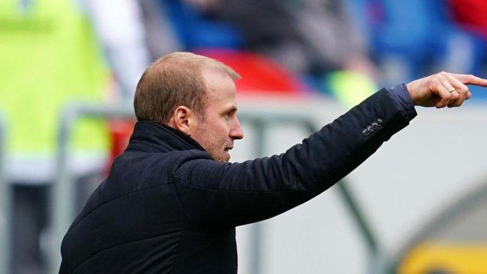 Hoffenheims Trainer Sebastian Hoeneß gestikuliert. Foto: Uwe Anspach/dpa/Archivbild