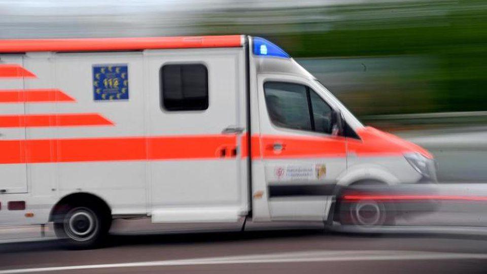 Ein Krankenwagen fährt mit Blaulicht durch die Innenstadt. Foto: Hendrik Schmidt/dpa-Zentralbild/ZB/Symbolbild