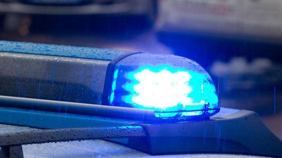 Ein Blaulicht leuchtet auf dem Dach eines Polizeifahrzeugs. Foto: Friso Gentsch/picture alliance/dpa/Symbolbild